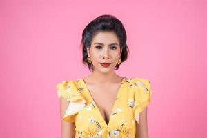 portrait de femme à la mode en studio photo