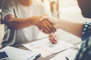 gros plan, de, deux, gens affaires, serrer main, quoique, séance, à, les, lieu travail
