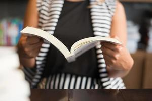 gros plan, de, femme, lecture livre, dans, bibliothèque