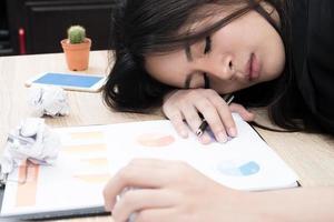 Fatigué surmené jeune femme d'affaires dormir au bureau