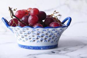 raisins frais dans un bol photo