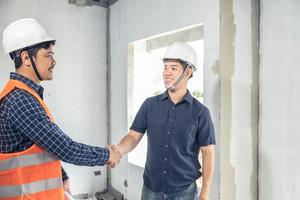 deux jeunes ingénieurs se serrant la main