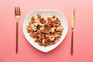Mélange de noix sur une assiette en forme de coeur photo