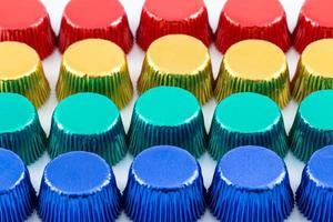 doublures de cupcake en aluminium colorées photo
