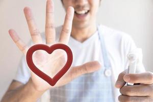 main de l'homme avec un coeur sur la paume photo