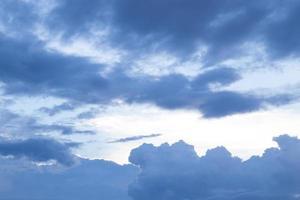 ciel bleu nuageux foncé photo