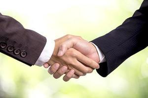 deux hommes daffaires se serrant la main photo