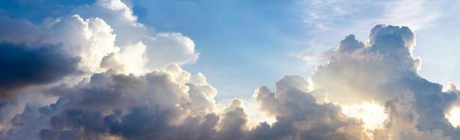 bannière de ciel nuageux sombre