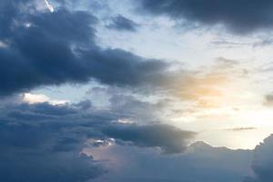 ciel nuageux sombre au crépuscule photo