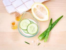 soins de la peau faits maison à l'aloe vera, citron, concombre, sel de mer et miel