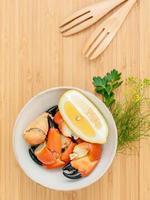 Pattes de crabe frais dans un bol photo