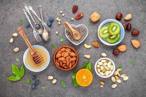 fruits frais et noix au miel