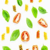 modèle alimentaire avec basilic, pâtes et tomates photo