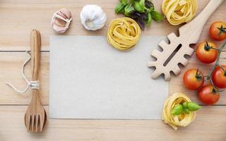 maquette de menu avec des ingrédients italiens