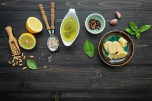 ingrédients biologiques sur bois foncé