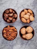vue de dessus des noix dans des bols photo