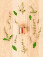 huile essentielle entourée d'herbes photo