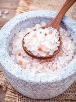 sel de mer himalayen dans un mortier et une cuillère photo