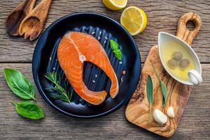 saumon dans une casserole avec d'autres ingrédients photo