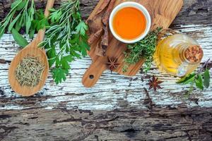 vue de dessus d'un assortiment d'herbes et d'huiles essentielles photo