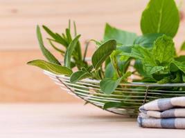 Bol d'herbes fraîches sur une table photo