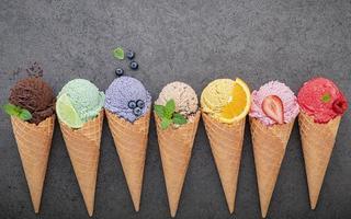 Cornets de crème glacée sur fond gris photo