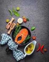 saumon aux herbes et assaisonnements variés