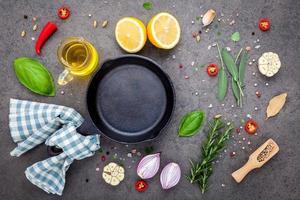 poêle à frire avec des ingrédients frais