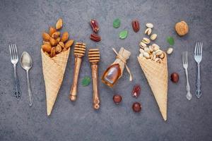 concept de crème glacée aux noix et au miel photo