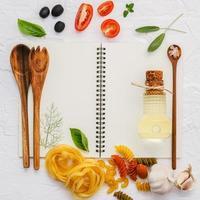 cahier à spirale avec des ingrédients italiens photo