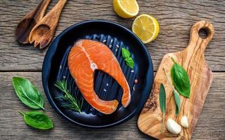 filet de saumon aux herbes fraîches et citron photo