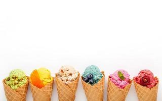Cornets de crème glacée avec espace copie sur blanc photo