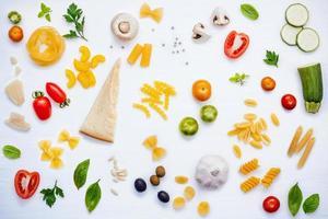 vue de dessus des ingrédients italiens frais photo