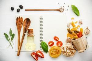 cahier ouvert avec des ingrédients italiens photo