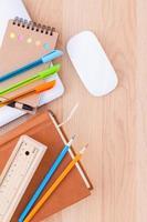 vue de dessus des fournitures scolaires sur un bureau photo