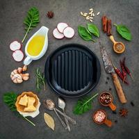 casserole avec des ingrédients de cuisson photo