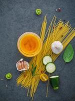 ingrédients du plat de pâtes italien photo