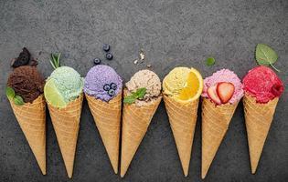 crème glacée colorée et fruits sur fond gay photo