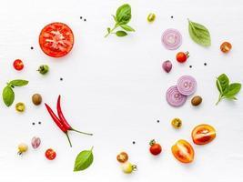 ingrédients frais dans un cercle