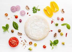 ingrédient de pizza fraîche à plat