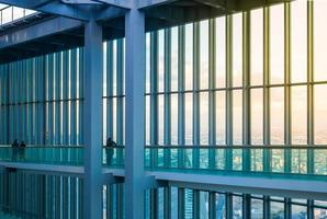 gratte-ciel avec fenêtres en verre donnant sur la ville