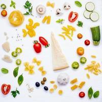 ingrédients italiens frais à plat photo