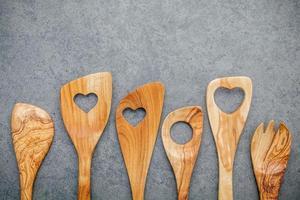 ustensiles en bois avec des coeurs