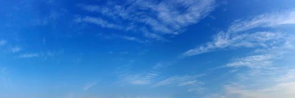 nuages par une journée ensoleillée photo