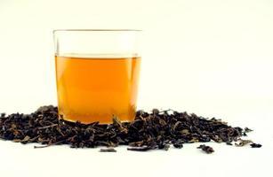 thé jaune doré chaud dans un verre blanc transparent photo