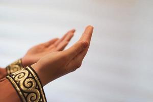 mains d'une femme musulmane ou islamique faisant des gestes tout en priant à la maison photo
