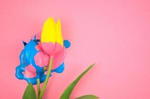 acrylique coloré et fleur jaune