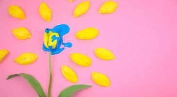acrylique dégoulinant sur fleur de tulipe jaune photo