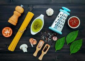 Vue de dessus des ingrédients frais spaghetti sur bois foncé photo
