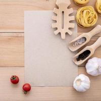 ingrédients italiens avec maquette de papier kraft